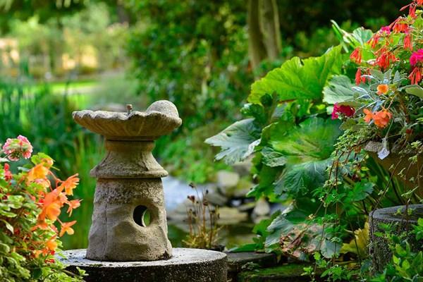 Garden memorial statue